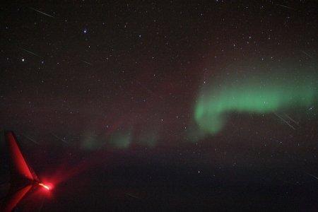 Метеоры Квадрантид и полярное сияние в воздухе